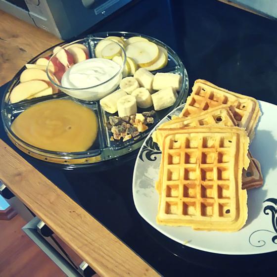 Frühstück Waffeln und Obstplatte
