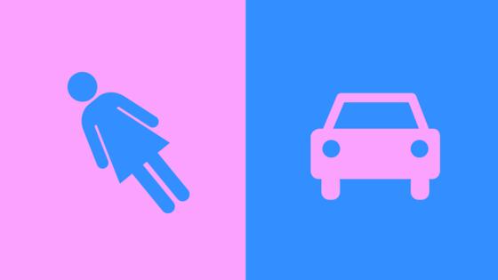 Jungs mit Puppen und Mädchen mit Autos