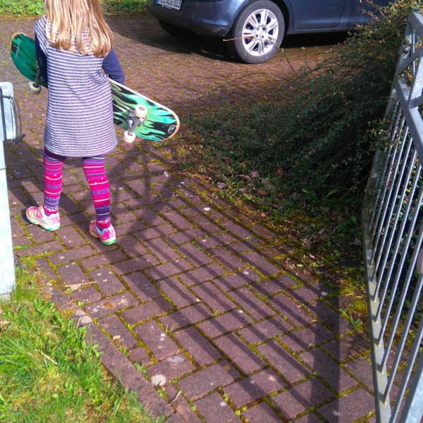 Skateboard fahren im Hof