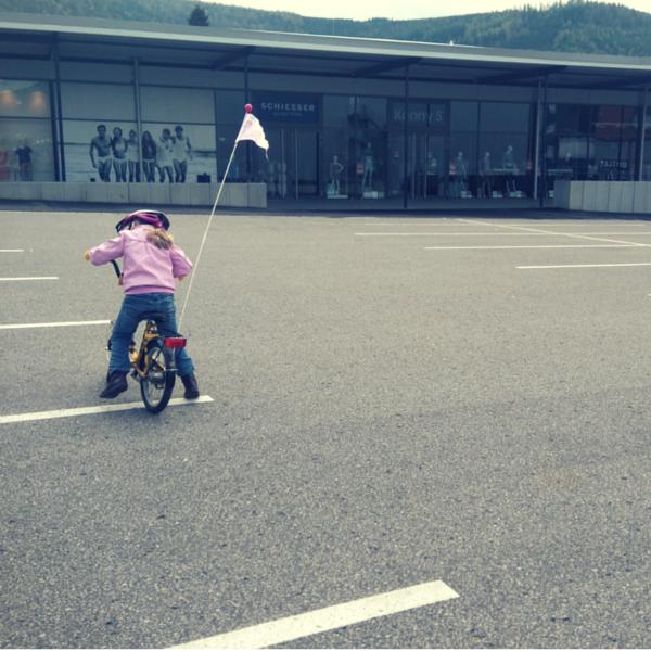Fahrrad fahren auf dem Parkplatz