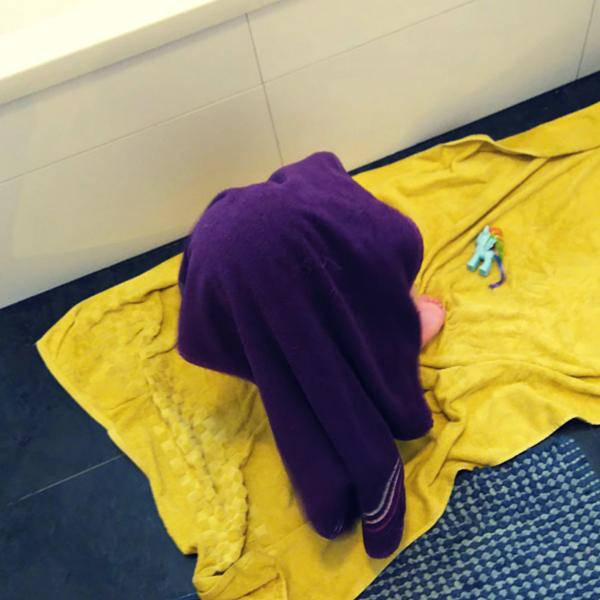Kind unter Handtuch