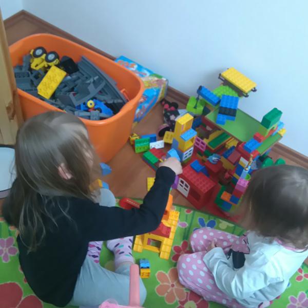 Schwestern bauen Duplo