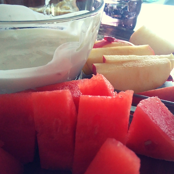 Obstteller mit Joghurt