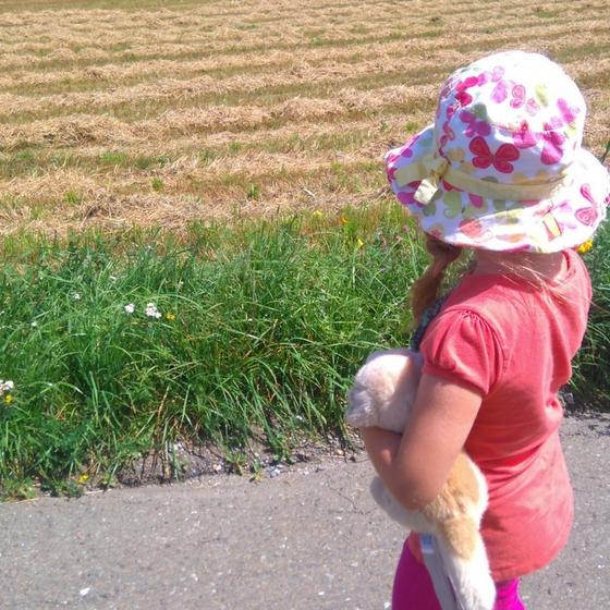 Sausemädchen auf Feldweg