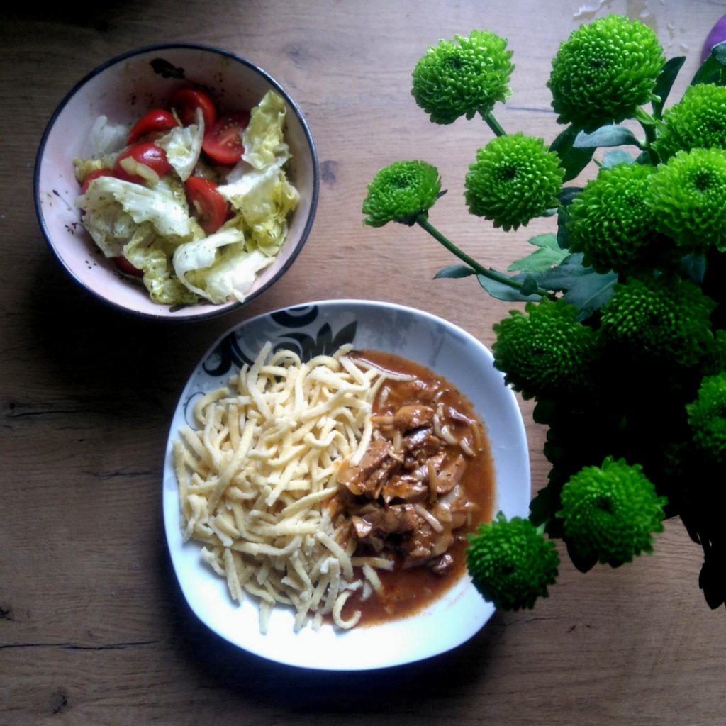 Spätzle mit Geschnetzeltem und Salat