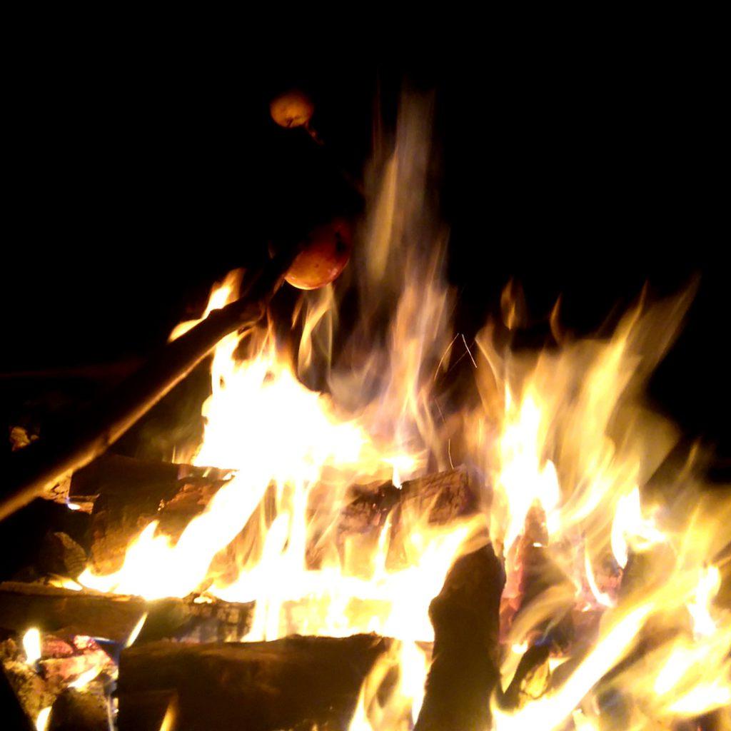 Bratapfel über Feuer